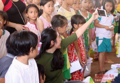 Ca sy Thuy Tien tang qua, giao luu voi tre em vung lu - Anh 2