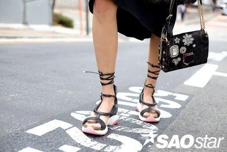 Lan Khue, Quynh Mai thu hut ong kinh nhiep anh voi street style all-black tai Seoul Fashion Week - Anh 13