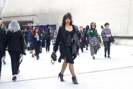Lan Khue, Quynh Mai thu hut ong kinh nhiep anh voi street style all-black tai Seoul Fashion Week - Anh 15