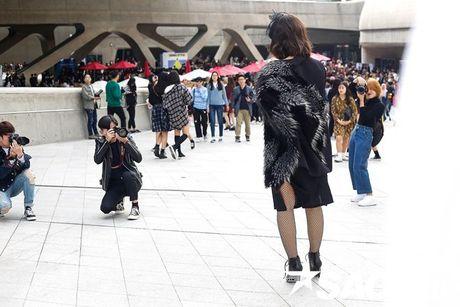 Lan Khue, Quynh Mai thu hut ong kinh nhiep anh voi street style all-black tai Seoul Fashion Week - Anh 17