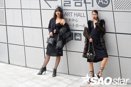 Lan Khue, Quynh Mai thu hut ong kinh nhiep anh voi street style all-black tai Seoul Fashion Week - Anh 1