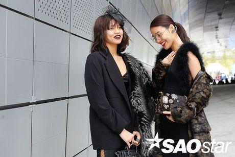 Lan Khue, Quynh Mai thu hut ong kinh nhiep anh voi street style all-black tai Seoul Fashion Week - Anh 2