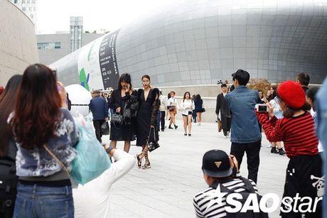 Lan Khue, Quynh Mai thu hut ong kinh nhiep anh voi street style all-black tai Seoul Fashion Week - Anh 7