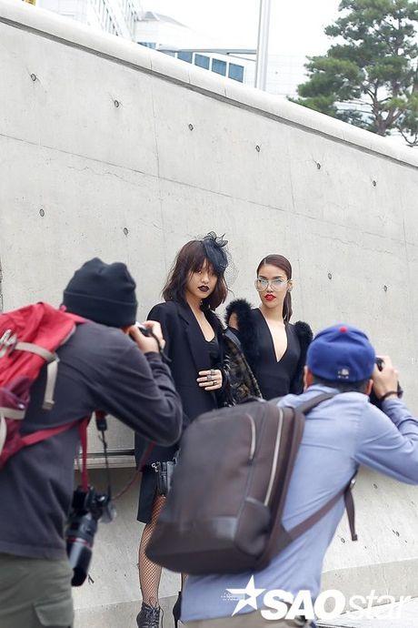 Lan Khue, Quynh Mai thu hut ong kinh nhiep anh voi street style all-black tai Seoul Fashion Week - Anh 8