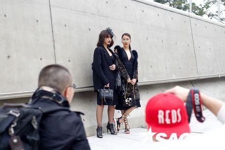 Lan Khue, Quynh Mai thu hut ong kinh nhiep anh voi street style all-black tai Seoul Fashion Week - Anh 9