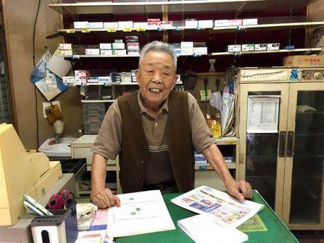 90 tuoi van chua dong cua hang vi cho khach den lay tui da quen - Anh 1