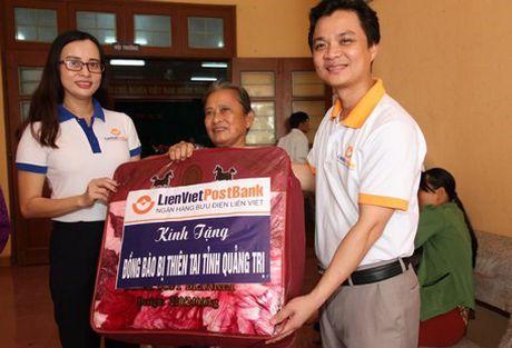 CD Ngan hang Buu dien Lien Viet: Ho tro 600 trieu dong cho dong bao bi thiet hai do thien tai tai Quang Tri - Anh 3