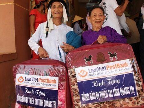 CD Ngan hang Buu dien Lien Viet: Ho tro 600 trieu dong cho dong bao bi thiet hai do thien tai tai Quang Tri - Anh 4