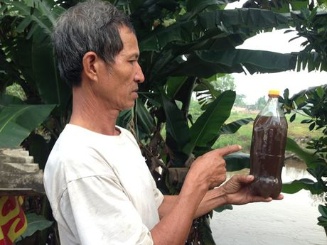 Nguoi dan hoang hot vi nuoc thai den ngom ca con suoi - Anh 1