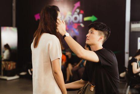 Huynh Anh tinh cam cham soc Hoang Oanh trong hau truong 'Hoan doi' - Anh 1