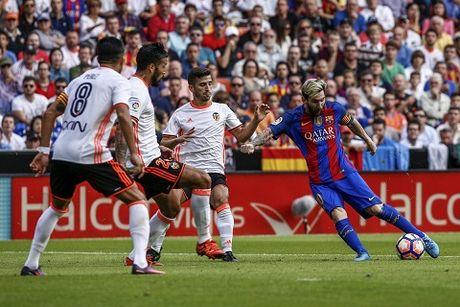 Lionel Messi ghi ban thang gay tranh cai o tran Valencia - Barca - Anh 2