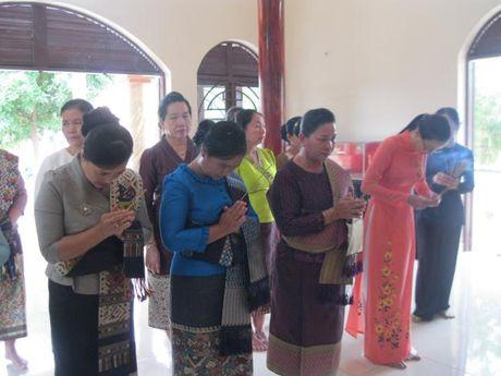 Doan dai bieu Hoi LHPN Thu do Vieng Chan (Lao) vieng tham Nha tuong niem Ma Ranh - Anh 1