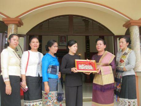 Doan dai bieu Hoi LHPN Thu do Vieng Chan (Lao) vieng tham Nha tuong niem Ma Ranh - Anh 2