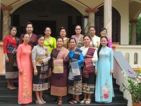 Doan dai bieu Hoi LHPN Thu do Vieng Chan (Lao) vieng tham Nha tuong niem Ma Ranh - Anh 3