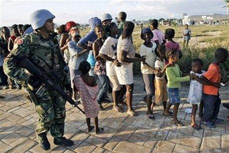 Tre em Haiti doi mat voi dich ta hoanh hanh sau bao Matthew - Anh 1