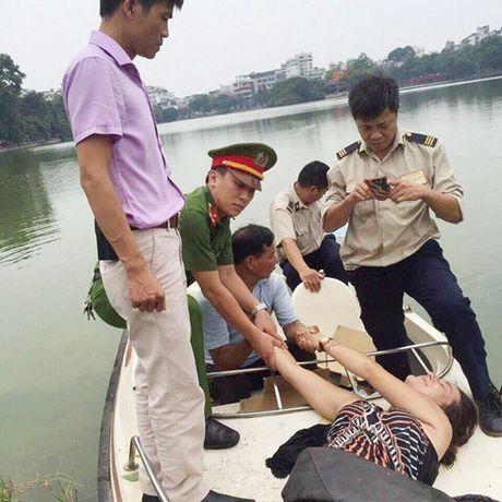 Mot phu nu nuoc ngoai khoa than nhay xuong ho Guom - Anh 1
