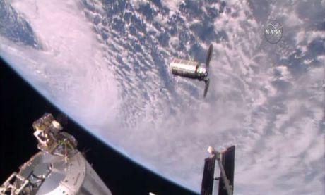 Tau van chuyen khong nguoi lai Cygnus lap ghep voi Tram ISS - Anh 1