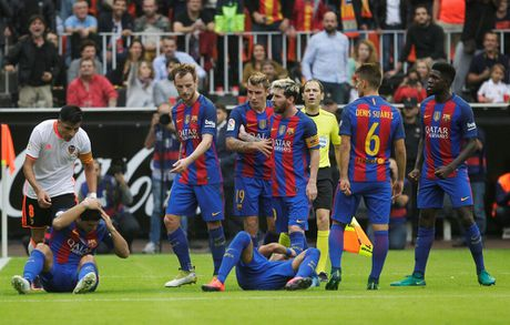 Messi sut thanh cong phat den roi chay toi khieu khich CDV Valencia - Anh 16