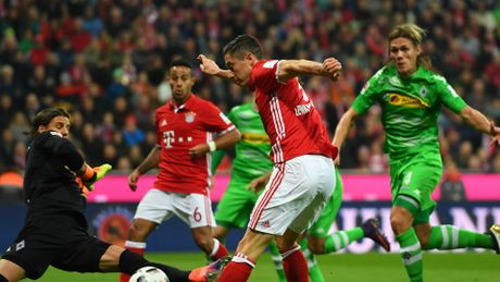 Bayern nhe nhang thang Gladbach, Dortmund chat vat hoa doi chieu duoi 3-3 - Anh 2