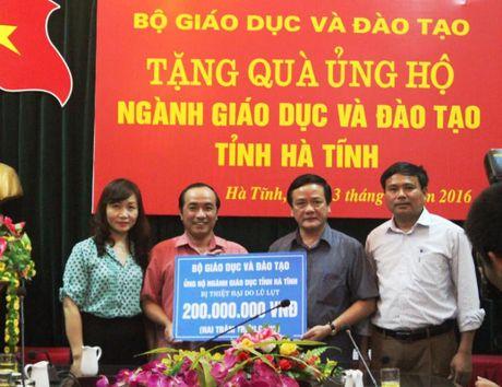 Bo GD&DT tang qua ung ho nganh giao duc Ha Tinh - Anh 1
