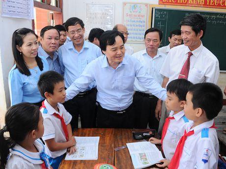 Bo truong Phung Xuan Nha truc tiep dong vien thay tro mien Trung - Anh 1