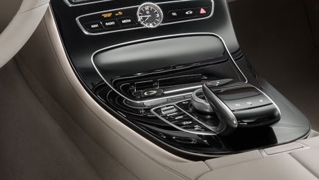 So sanh thiet ke va noi that Mercedes-Benz E-Class va BMW 5-Series 2017 - Anh 22