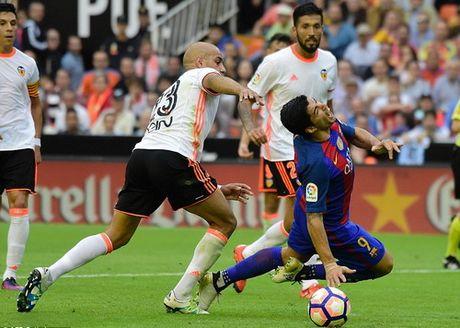 """Messi ghi ban phut bu gio, Barcelona thoat hiem o """"hang doi"""" - Anh 6"""
