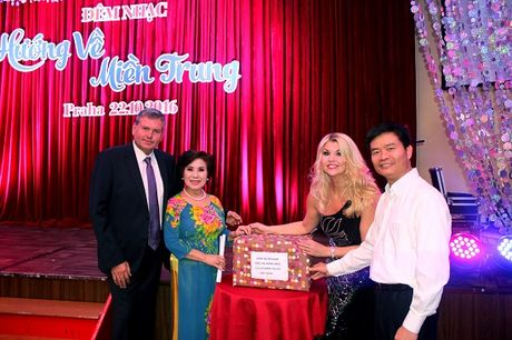600 trieu dong ung ho mien Trung trong dem nhac va dau gia tai Sec - Anh 1