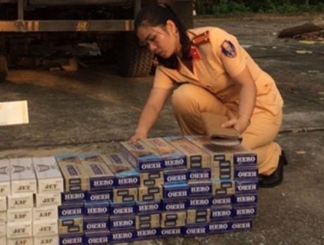 Thanh Hoa: Bat 2 xe van chuyen thuoc la va do dien lanh khong nguon goc - Anh 1