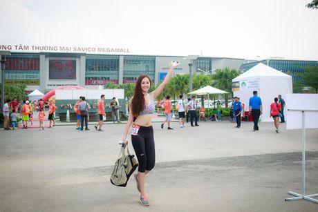 Hoa hau Mai Phuong Thuy quyen ru tren duong chay marathon - Anh 1