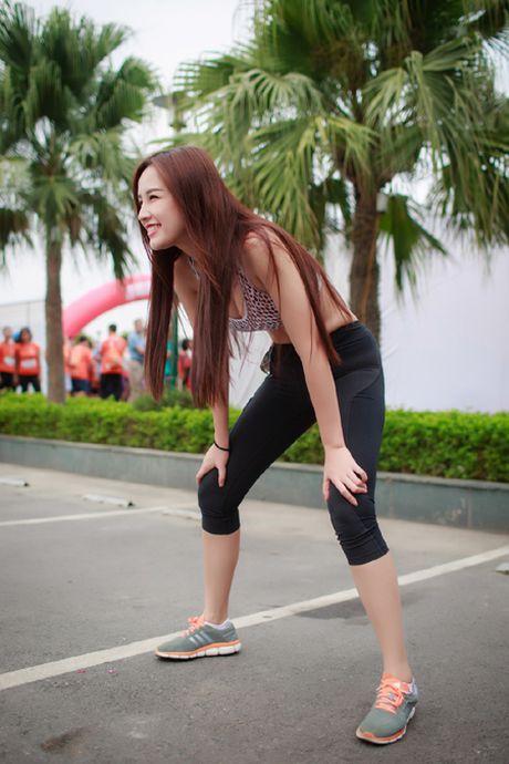 Hoa hau Mai Phuong Thuy quyen ru tren duong chay marathon - Anh 2