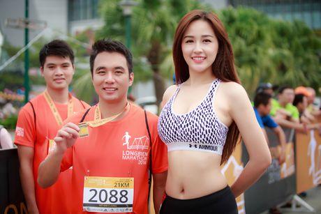 Hoa hau Mai Phuong Thuy quyen ru tren duong chay marathon - Anh 4