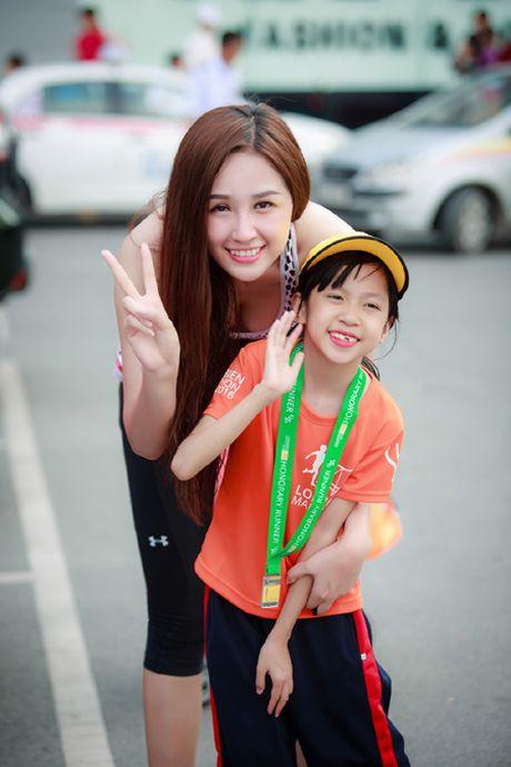 Hoa hau Mai Phuong Thuy quyen ru tren duong chay marathon - Anh 5