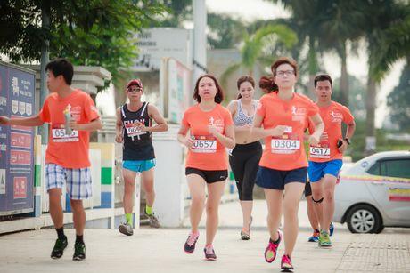 Hoa hau Mai Phuong Thuy quyen ru tren duong chay marathon - Anh 7