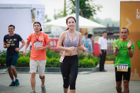 Hoa hau Mai Phuong Thuy quyen ru tren duong chay marathon - Anh 8