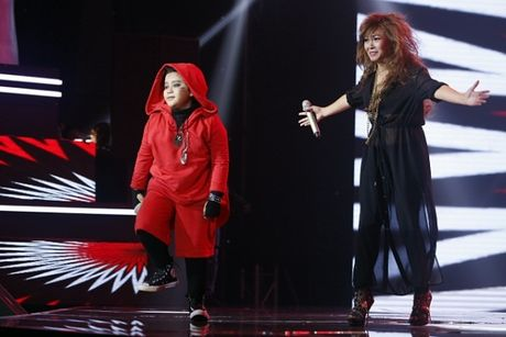 The Voice Kids: Bat ngo 'cau be dan ca' hat rock ben canh Phuong Thanh - Anh 2