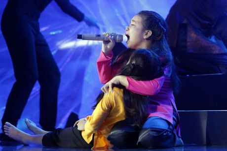 The Voice Kids: Bat ngo 'cau be dan ca' hat rock ben canh Phuong Thanh - Anh 7