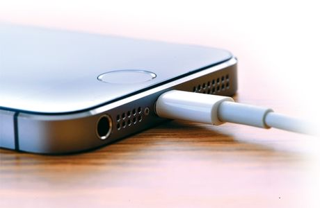 4 sai lam tai hai khi sac pin smartphone - Anh 1