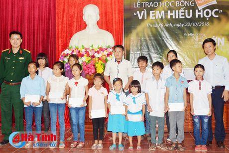 Trao 890 suat hoc bong 'Vi em hieu hoc' cho hoc sinh ngheo Ha Tinh - Anh 1
