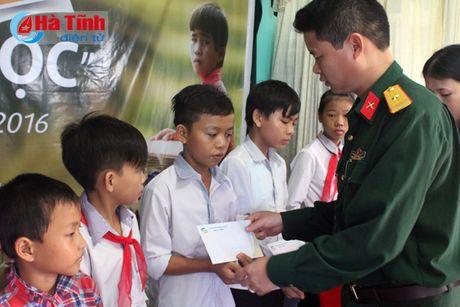 Trao 890 suat hoc bong 'Vi em hieu hoc' cho hoc sinh ngheo Ha Tinh - Anh 3