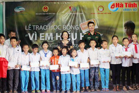 Trao 890 suat hoc bong 'Vi em hieu hoc' cho hoc sinh ngheo Ha Tinh - Anh 5