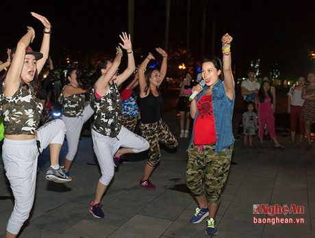 Soi dong dem Party Zumba tai thanh pho Vinh - Anh 12