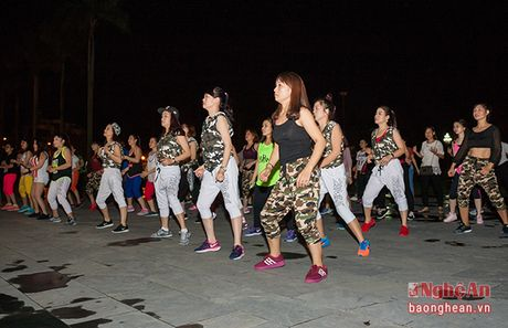 Soi dong dem Party Zumba tai thanh pho Vinh - Anh 1