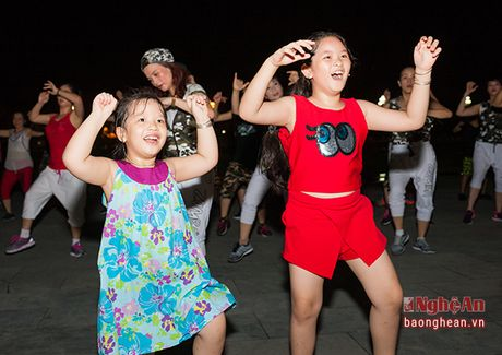 Soi dong dem Party Zumba tai thanh pho Vinh - Anh 3