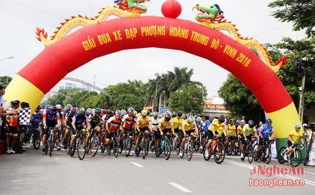 Hon 300 VDV tham du Giai dua xe dap Phuong Hoang Trung Do - Vinh - Anh 1