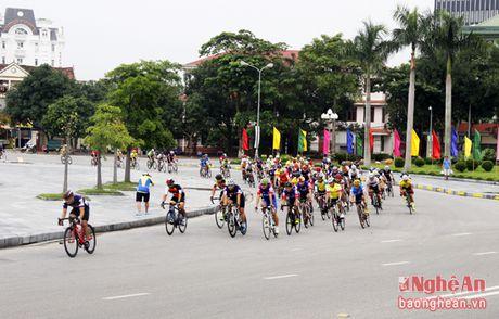 Hon 300 VDV tham du Giai dua xe dap Phuong Hoang Trung Do - Vinh - Anh 2