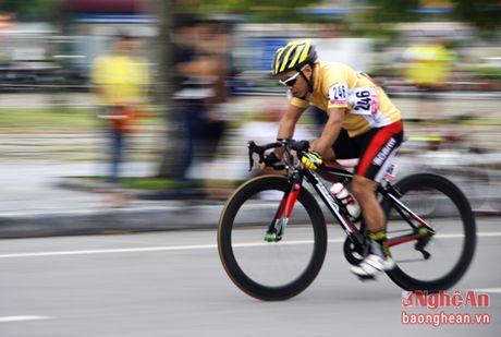 Hon 300 VDV tham du Giai dua xe dap Phuong Hoang Trung Do - Vinh - Anh 3