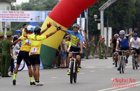 Hon 300 VDV tham du Giai dua xe dap Phuong Hoang Trung Do - Vinh - Anh 4