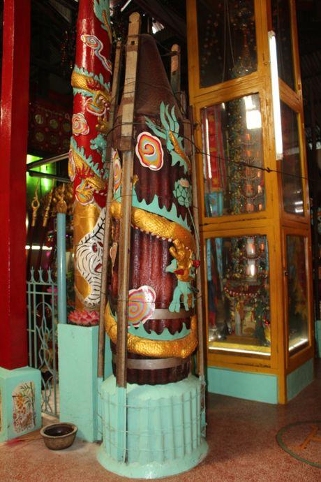 Huyen bi ngoi chua tram nam co 2000 tuong dat set nhung khong co nha su - Anh 8