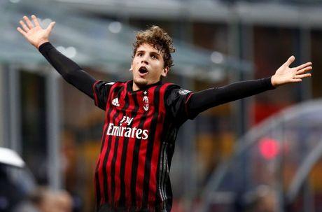 Cau thu 18 tuoi giup AC Milan danh bai nha vo dich Y - Anh 2